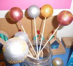 Boules de no l d cor es - Decorer boules de noel polystyrene ...