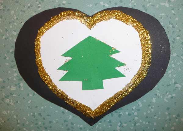 carte de Noël en forme de coeur avec un petit sapin en papier vert ...