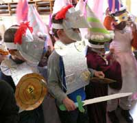 enfants en costume de chevalier